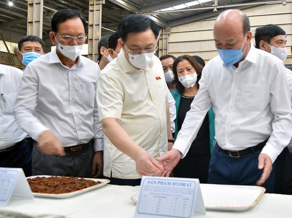 Chủ tịch Quốc hội Vương Đình Huệ thăm và tặng quà tại Công ty Nhôm Đắk Nông-TKV